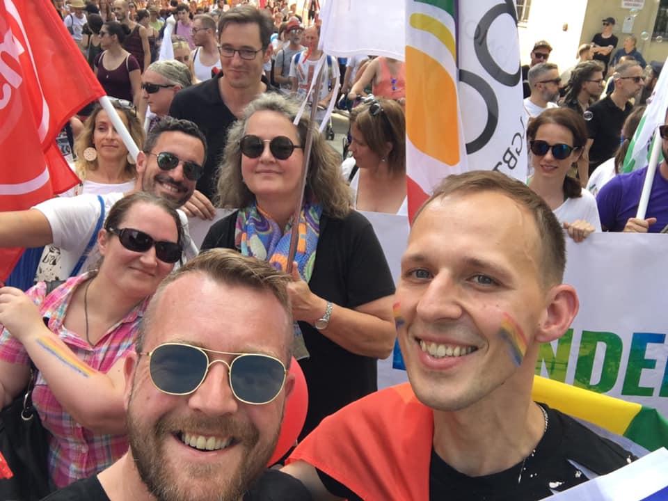 Karácsony Gergely, az ellenzéki pártok Budapest főpolgármester-jelöltje és a Rainbow Rose európai LGBTI jogvédő csoport aktivistái a budapesti melegfelvonuláson. Fotó: A brit Munkáspárt Közép-Kelet Európai szekciójának Facebook oldala.