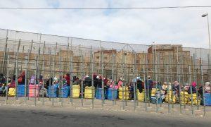 Várakozók Melilla-Marokkó határán